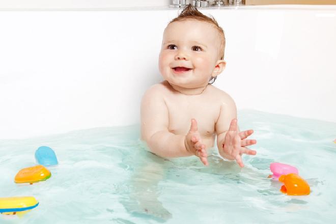 khi tắm nước dừa cần tắm lại cho bé thật sạch