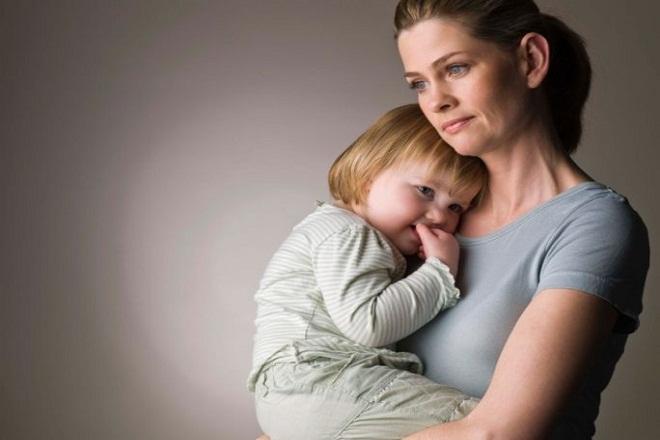 mẹ đơn thân bế con ôm vào lòng