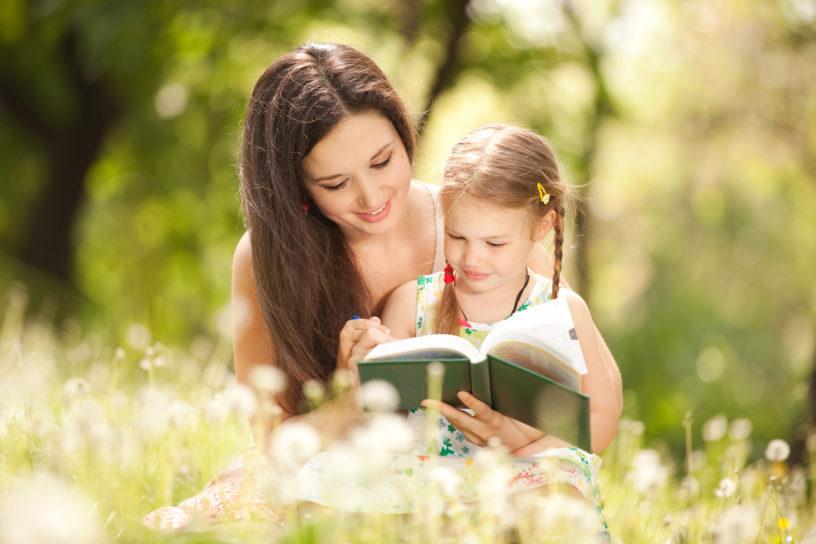 mẹ đơn thân cùng con đọc sách