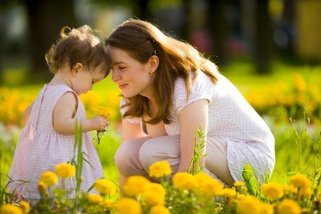 mẹ đơn thân cùng con gái chơi trong vườn hoa