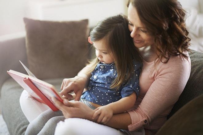 mẹ đơn thân cùng con gái đọc sách