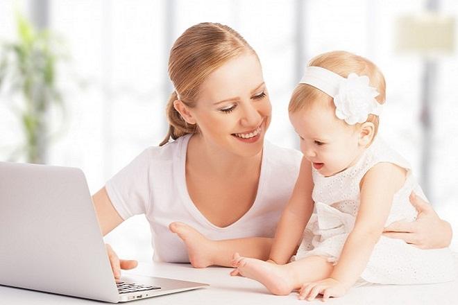 mẹ đơn thân cùng con xem máy tính