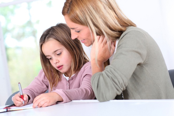 mẹ đơn thân dạy con học bài