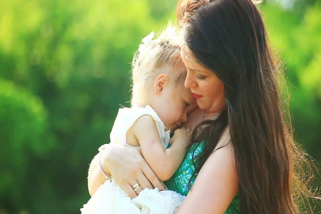 mẹ đơn thân ôm con gái
