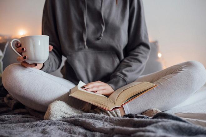 mẹ đơn thân uống cà phê và đọc sách để thư giãn