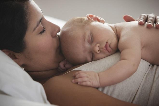 mẹ nên chú ý về sức khỏe bé khi dùng cốm lợi sữa sau sinh