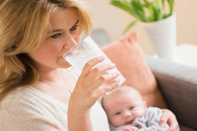 mẹ uống nước