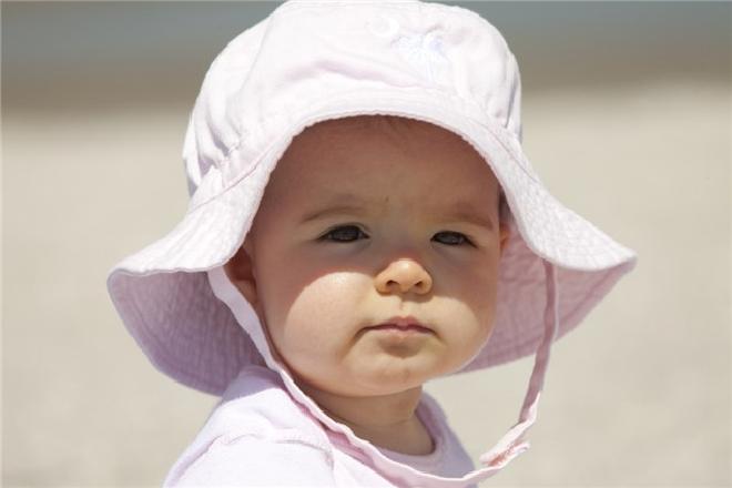 nên đội nón cho bé khi tắm nắng