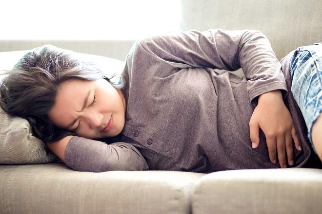 phụ nữ đau bụng kinh sau khi cấy que tránh thai