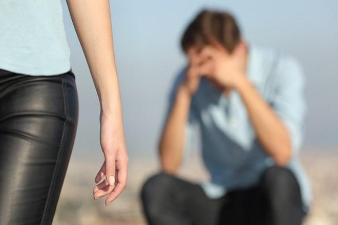phụ nữ bỏ đi trước mặt chồng
