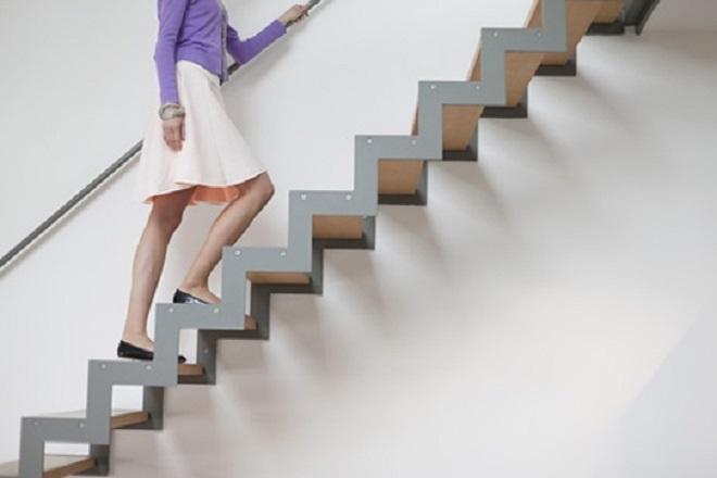 sau sinh mổ đi cầu thang
