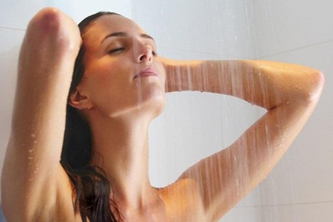 tắm dưới vòi sen