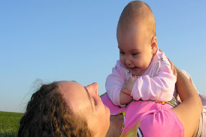 tắm nắng cho trẻ sơ sinh đúng cách giúp hấp thu được vitamin D