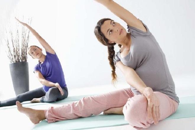 mẹ sau sinh tập yoga tại nhà