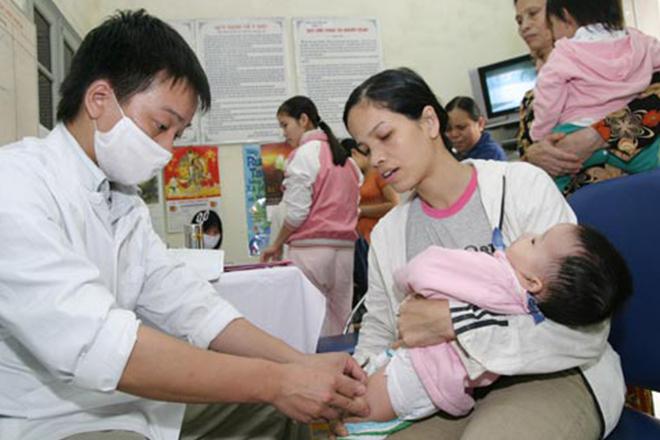 Cha mẹ đưa con đi tiêm ngừa Lao càng sớm càng tốt