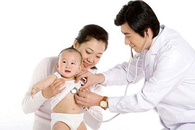 Khi có dấu hiệu viêm da cần đưa bé đến thăm khám bác sĩ
