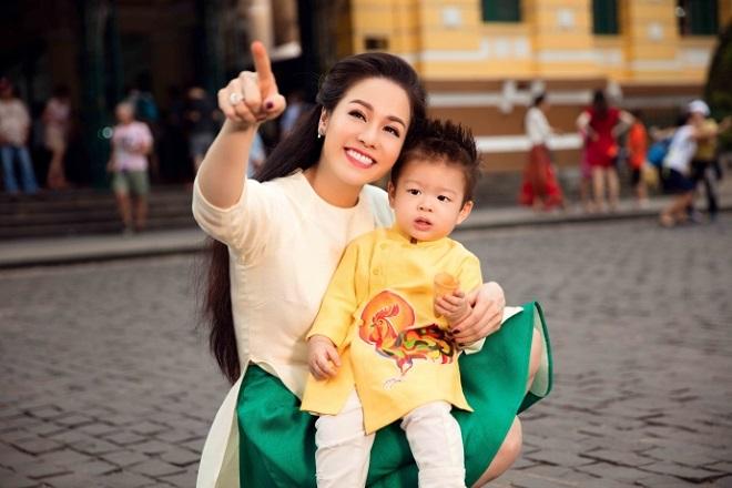 Nhật Kim Anh và con