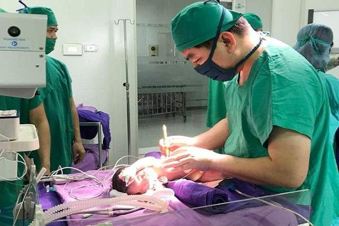 bác sĩ phẫu thuật cho trẻ bị xoắn ruột