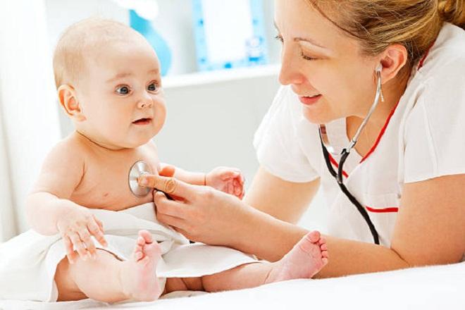 bác sỹ khám cho bé bị sặc sữa