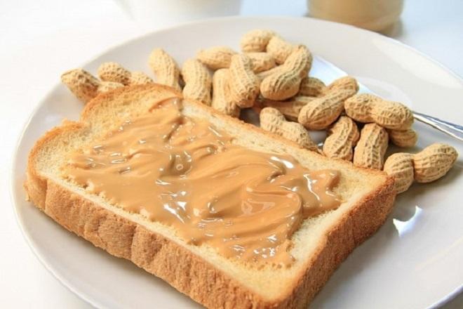 Bơ đậu phộng ăn kèm bánh mì ngũ cốc