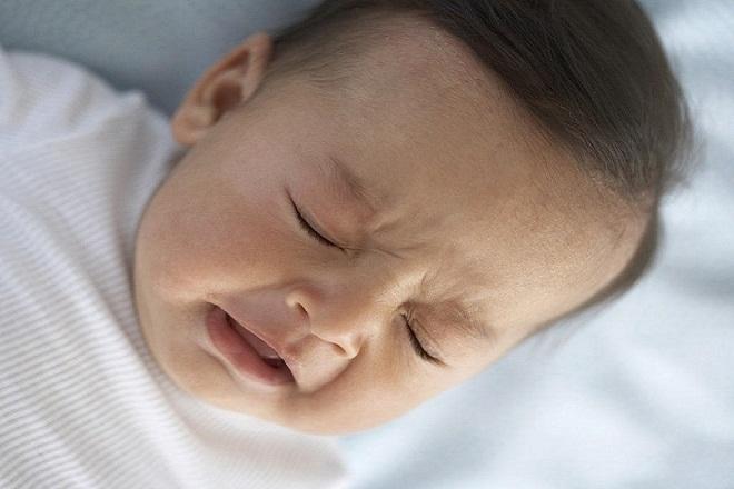bé sơ sinh hắt xì