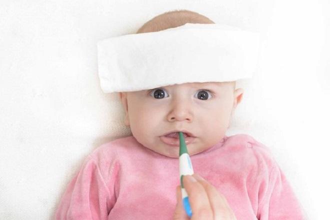 Chườm khăn ấm giúp trẻ hạ nhiệt độ khi sốt