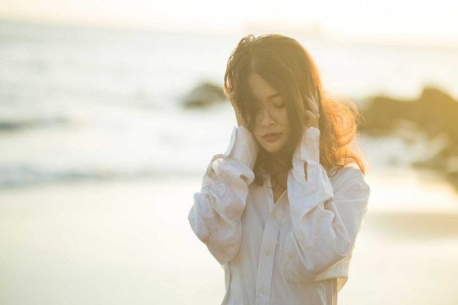 cô gái tóc rối bên bờ biển