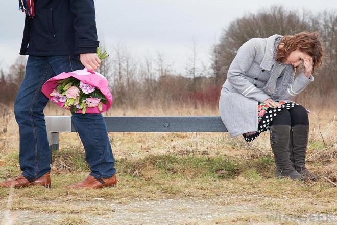 đàn ông cầm bó hoa bỏ đi để lại người phụ nữ