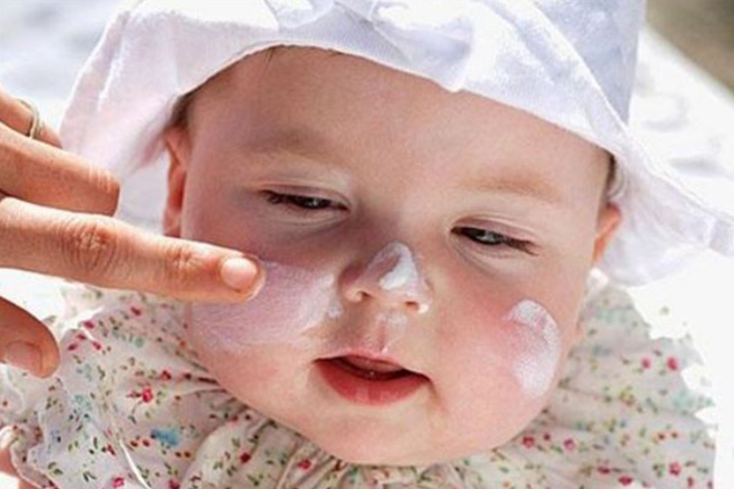 Sử dụng kem dưỡng ẩm cho bé