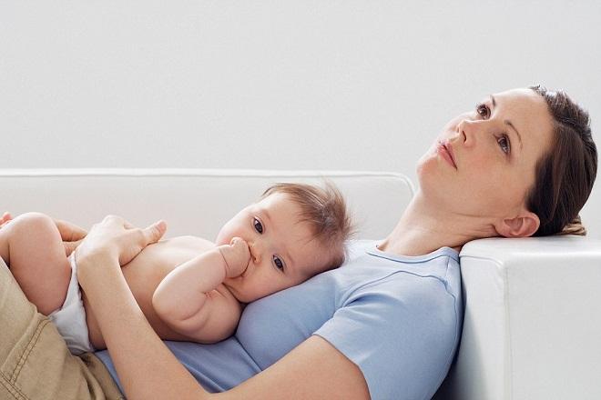 em bé nằm trên bụng mẹ