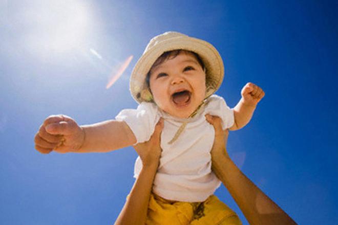 Mẹ trang bị cho bé quần áo che chắn ánh nắng