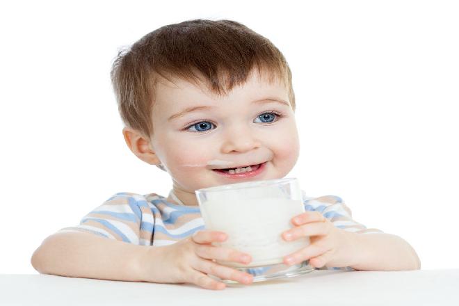 mẹ có thể tập cho bé uống sữa bằng ly
