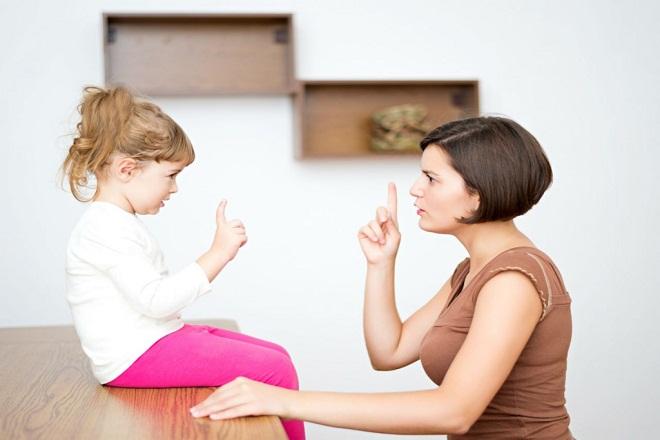 mẹ đang dạy con khi bé không ngoan