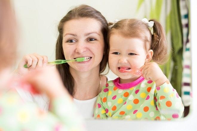 mẹ đơn thân dạy con gái đánh răng