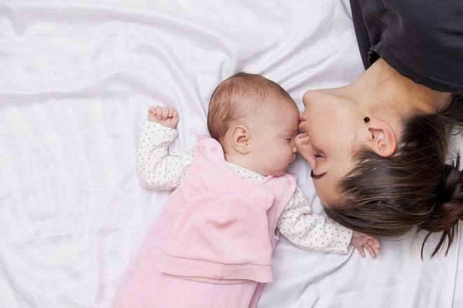 mẹ đơn thân ngủ cùng bé