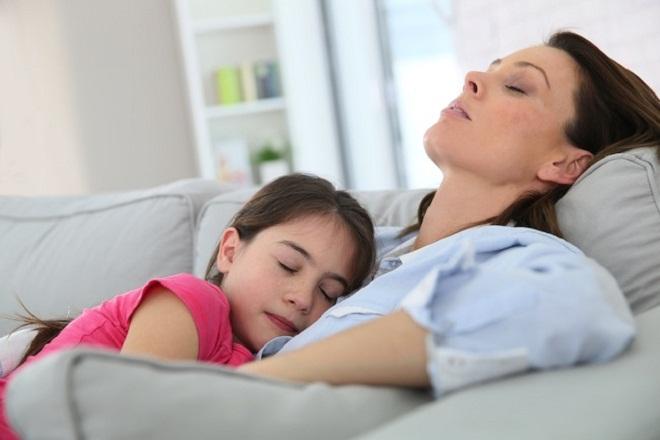 mẹ đơn thân ngủ cùng con