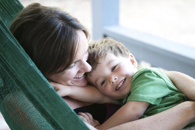 mẹ đơn thân ôm con trai nằm trên võng