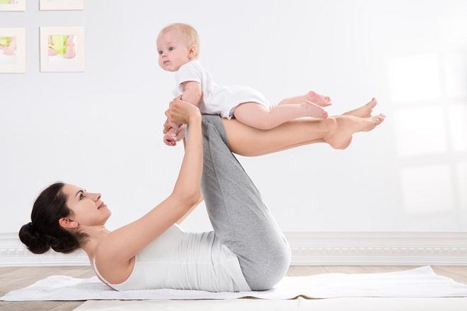 mẹ tập thể dục nhẹ nhàng để giảm cân