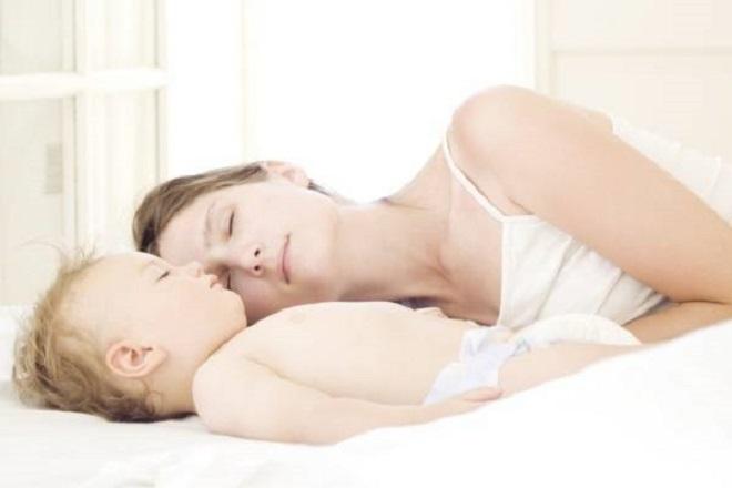ngủ cùng con