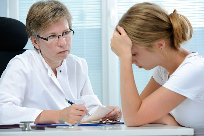 bạn gái lo lắng vì bệnh xã hội