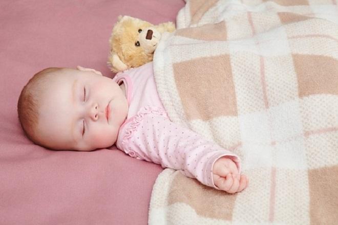 cho bé đắp chăn khi ngủ