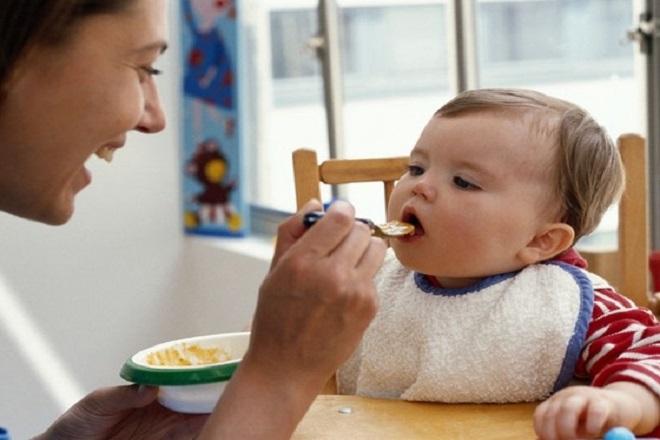 cho trẻ ăn đúng tư thế