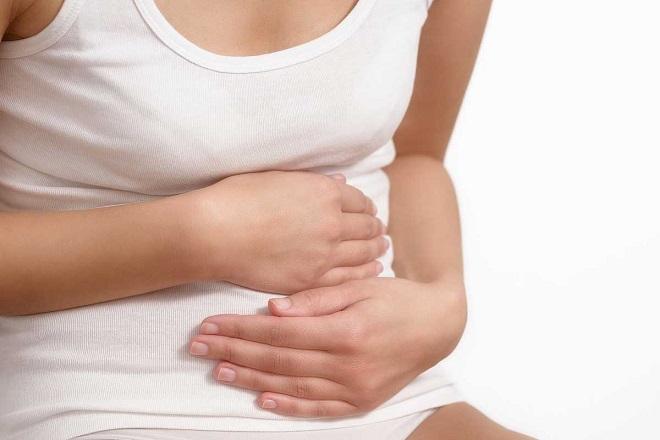 đau bụng âm ỉ là dấu hiệu sót nhau thai sau sinh