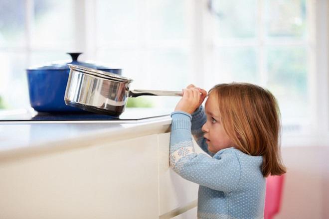 không để trẻ đến gần bếp