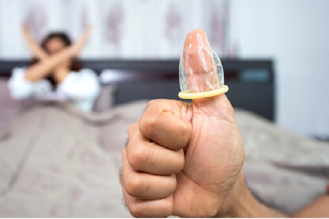 mang bao cao su vào ngón tay