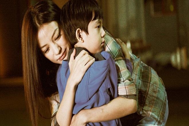 mẹ đơn thân ôm con trai