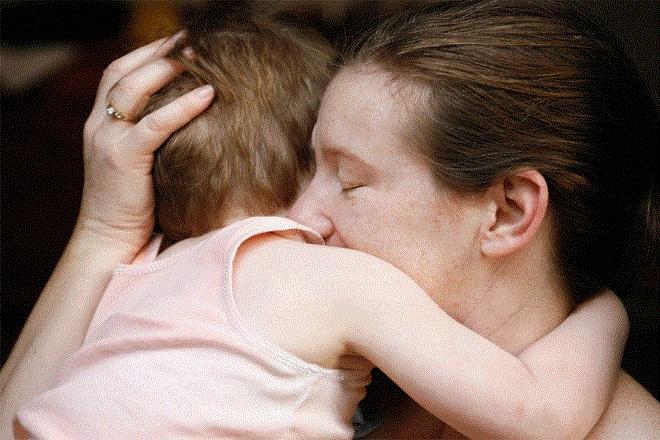 mẹ ôm con vào lòng