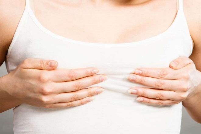 mẹ sau sinh bị đau ngực
