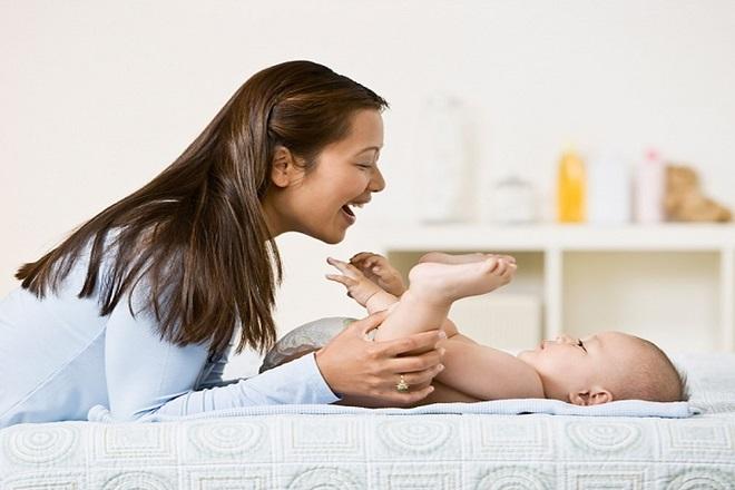 mẹ sau sinh hạnh phúc cùng con