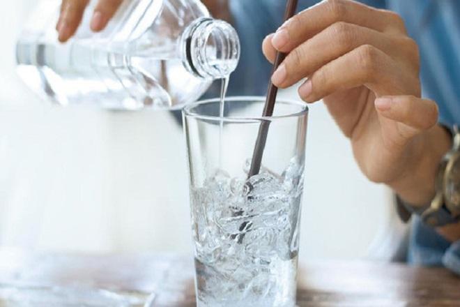 mẹ sau sinh uống nước đá